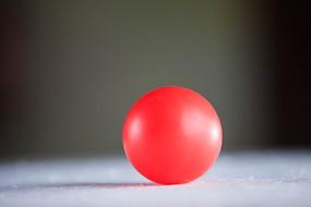 一个红色的球