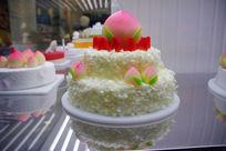 橱窗里的仙桃祝寿蛋糕
