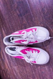 红色运动鞋