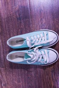 青色帆布运动鞋