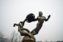 人物旋转钢雕
