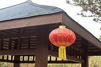 松林亭子上的红灯笼