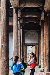 祠堂一隅的立木柱