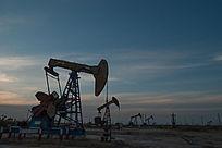 夕阳黄昏时刻的油田风光