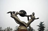 旋转的人物钢雕