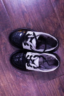 一双黑色皮鞋