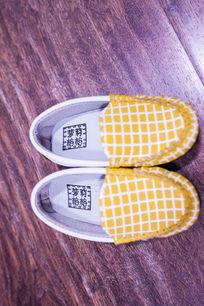 一双黄色休闲鞋