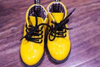 一双时尚的黄色皮鞋