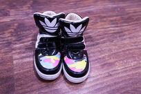 一双运动棉鞋