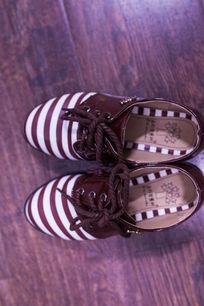 一双棕色的皮鞋