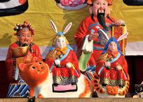 庙会上的兔爷泥塑和财神爷
