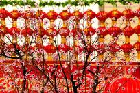 盛开的桃花与大红灯笼
