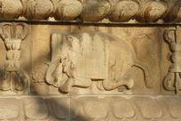 北京五塔寺金刚宝座塔须弥座上的屈腿大象