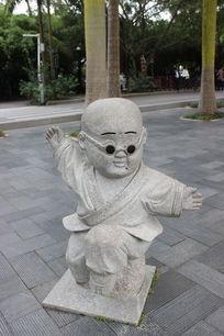 大鹏展翅小和尚雕像