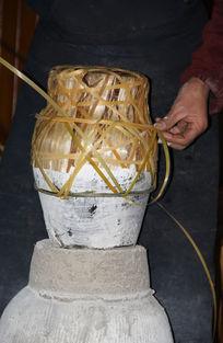 黄酒打包中的师傅编织