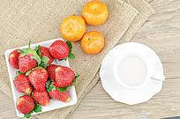 桔子草莓和牛奶