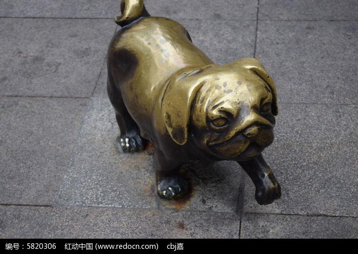 一只可爱小狗雕塑