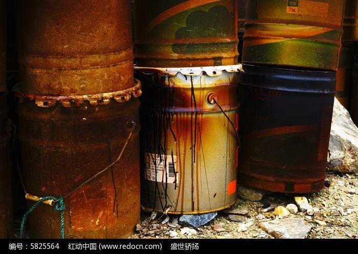 废旧铁桶图片