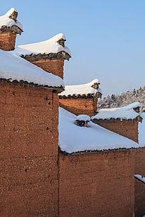 红土马头墙上的积雪