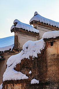 积雪中的残垣断壁与马头墙