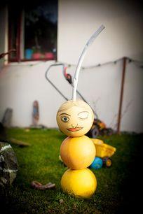 屋前的圆球娃娃
