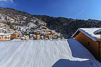 雪景中的土楼建筑群