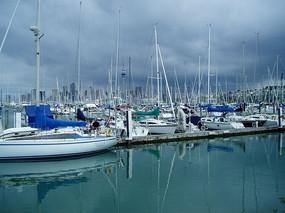 港口整齐的帆船