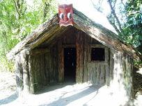 木屋上的红脸
