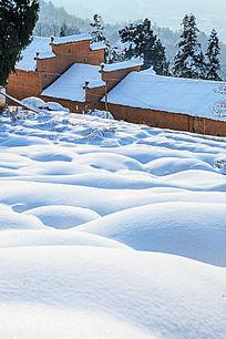 白皑皑的冬雪与红土房