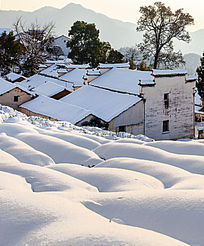 白皑皑的积雪与寂静的金龙山徽派民居