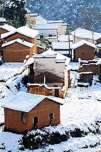 大山里的徽派民居被积雪覆盖着