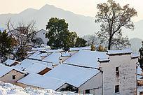 冬日积雪下的金龙山民居
