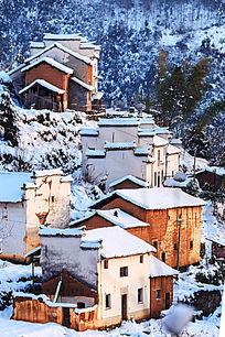 冬雪里的金龙山民居错落有致