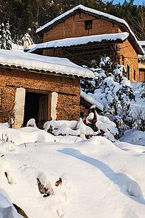 冬雪里金龙山村落破旧红土房