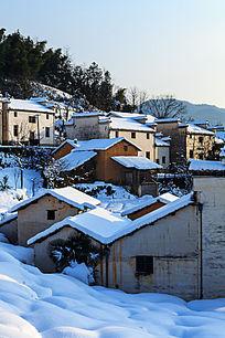 冬雪下金龙山村落的民居