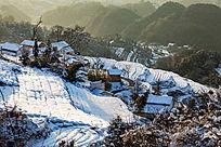 俯瞰白皑皑积雪下的金龙山村落