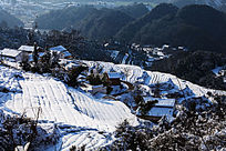 俯瞰积雪的金龙山梯田