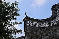 古代瓦房屋檐一角特写
