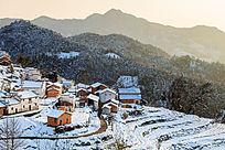 金龙山的红土房在白茫茫的积雪里更耀眼