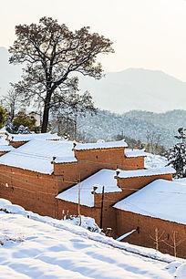 金龙山红土房在洁白的积雪衬托下更加古朴