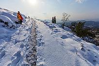 通往金龙山村落的道路被积雪覆盖了