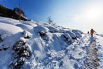 行进在被积雪覆盖的通往金龙山村落山道上