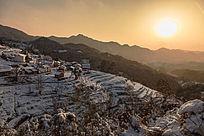 夕阳夕照雪天里的金龙山村落