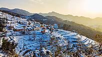 一条蜿蜒小道通往被积雪覆盖的金龙山村落