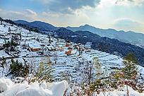 远眺被冬雪覆盖的金龙山村落
