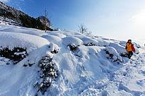 在厚厚的积雪山路上处留个影