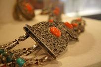 金属嵌玉饰物