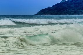 大海飞溅的巨浪