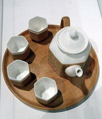 白瓷套藤编茶壶
