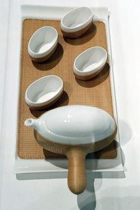 白瓷套藤编茶具
